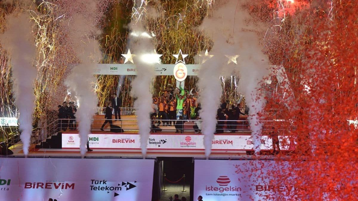 Galatasaray 22. Şampiyonluk Kutlamalarında Sponsora Doydu