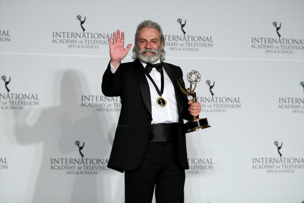 Haluk Bilginer, Ay Yapım'ın Sponsorları Arasında Olduğu Uluslararası Emmy Ödüllerinde En İyi Erkek Oyuncu Ödülüne Layık Görüldü